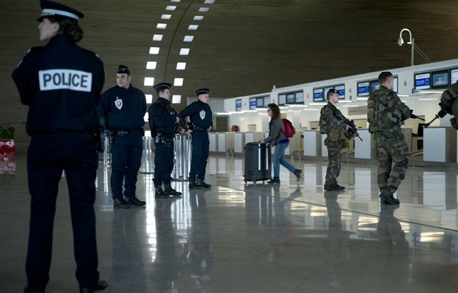 648x415_policiers-militaire-aeroport-charles-gaulle
