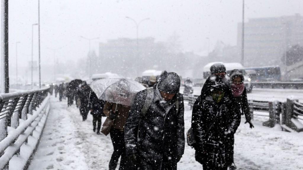 des-stambouliotes-sous-la-neige-le-18-fevrier-2015_5215645
